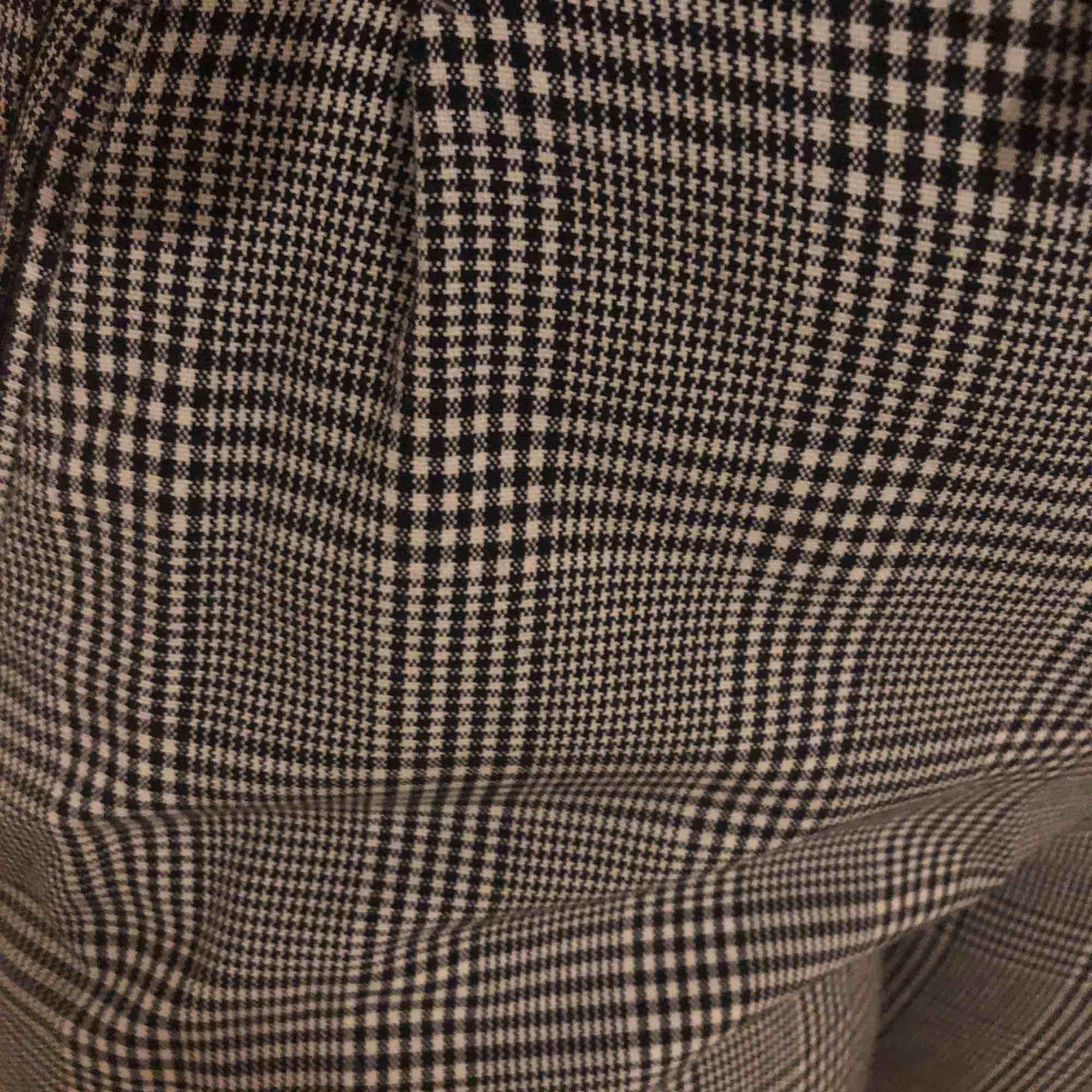 Jätte fina kostymbyxor med knytning. Sitter fint på kroppen. Sparsamt använda fint skick. Jeans & Byxor.