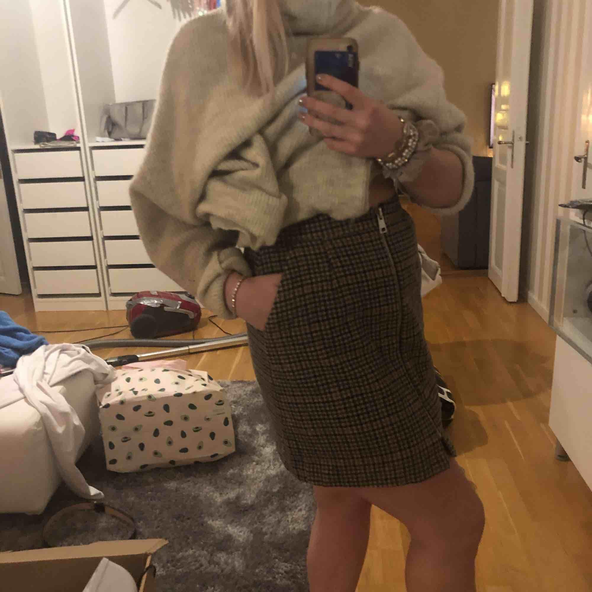 Skit cool kjol som passar bra till lite kallare höstdagar. Matcha den med en snygg stickad tröja och en kappa 😍. Kjolar.