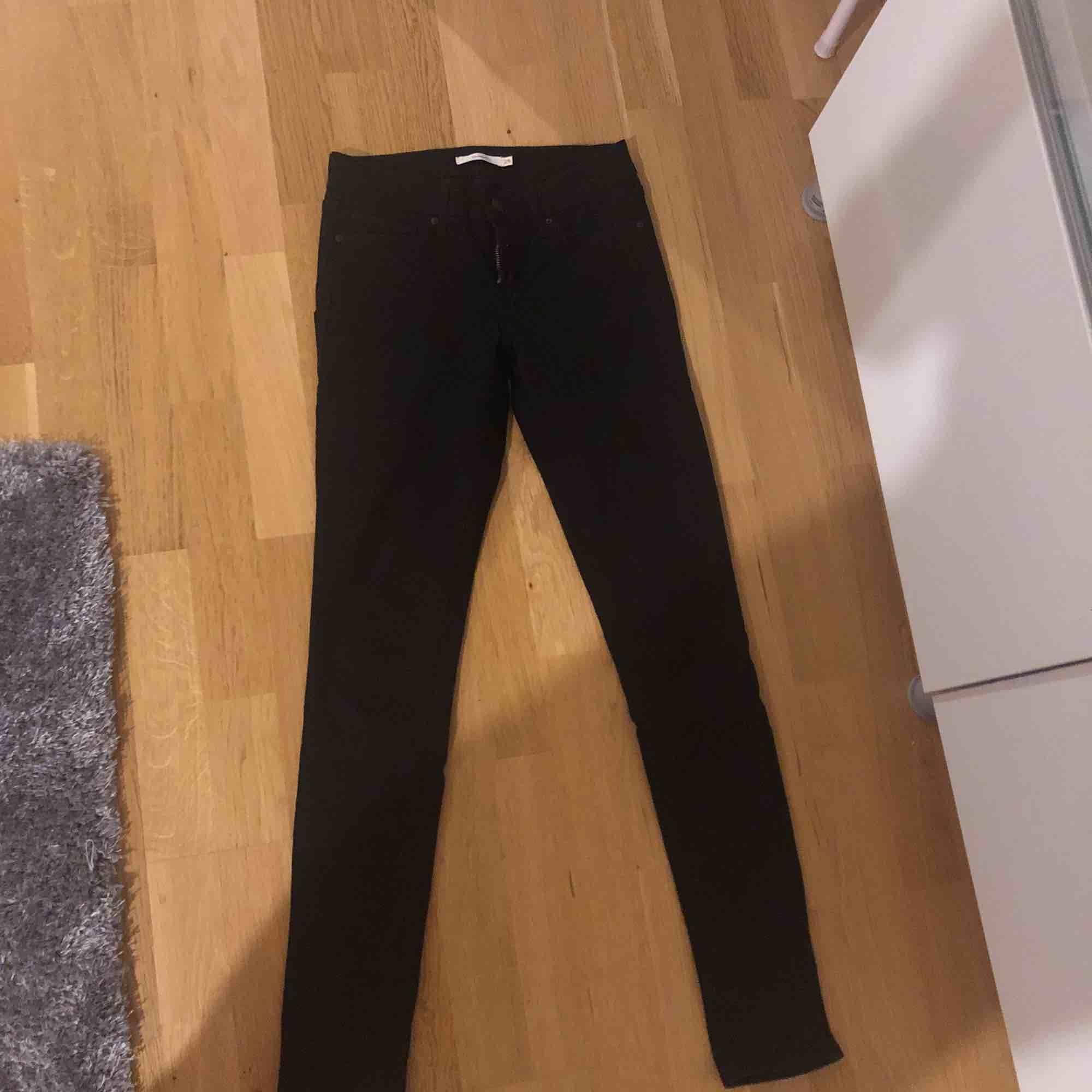 Helt nya byxor från Levis. Kan tyvärr ej visa på då dem e försmå för mig och fick dem i present. Modell skinny 711. Jeans & Byxor.
