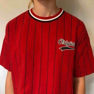 Röd randig t-shirt från H&M. Har tryck på fram och back. Är en storlek S men är oversized