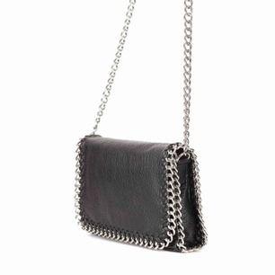 Säljer min väska (Stella maccartney liknande) från scorett som är inköpt för 500kr. Den är använd några gånger men är i nyskick! Kan mötas upp i Stockholm eller frakta (köparen betalar).