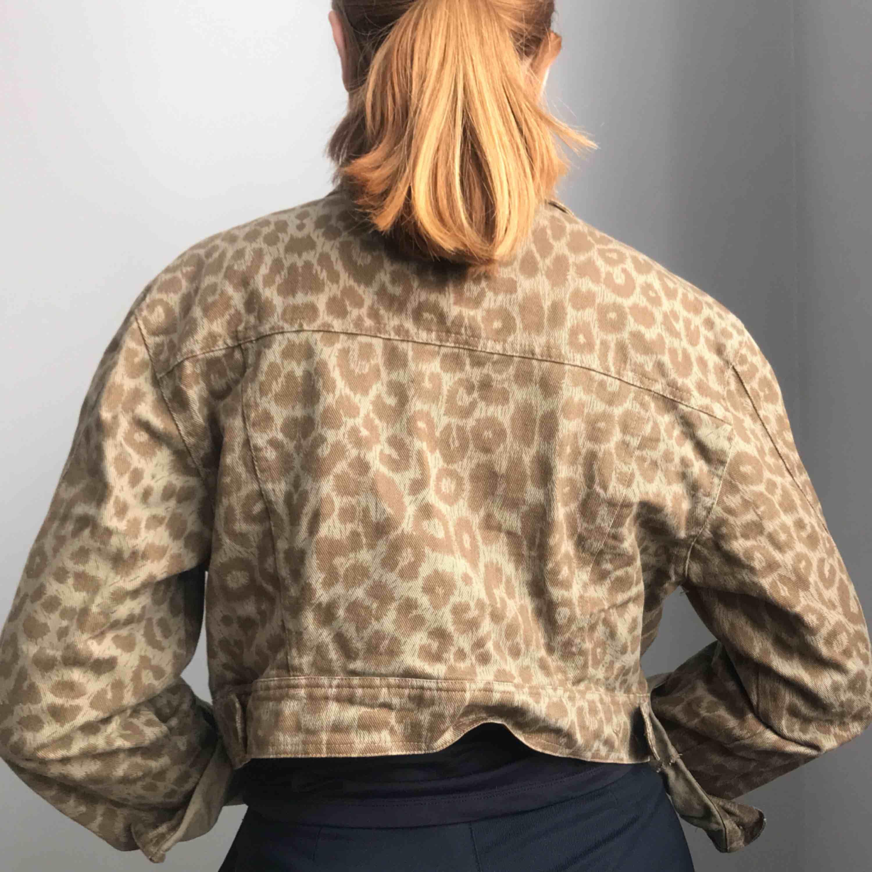 Såå fin lite kortare jeansjacka med djurprint i en brungrön färg • perfekt tsm med högre byxor • skulle passa strl 34-42 beroende på hur man vill att den sitter, jag är en strl 36-38 • superfint skick förutom en knapp som har lossnat, se först bilden. Jackor.