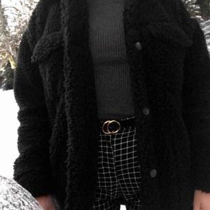 säljer min teddy jacka från monki, köpt förra vintern och sparsamt använd, nyskick, köparen står för frakt