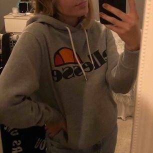Nypris 800kr, Ellesse hoodie köpt från junkyard för ungefär ett år sedan och är använd fåtal gånger, skulle säga att storleken är närmare en S men passar M 🦋 250kr inklusive frakt :))
