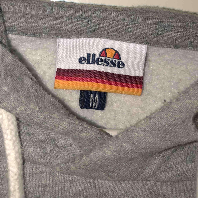 Nypris 800kr, Ellesse hoodie köpt från junkyard för ungefär ett år sedan och är använd fåtal gånger, skulle säga att storleken är närmare en S men passar M 🦋 250kr inklusive frakt :)). Huvtröjor & Träningströjor.