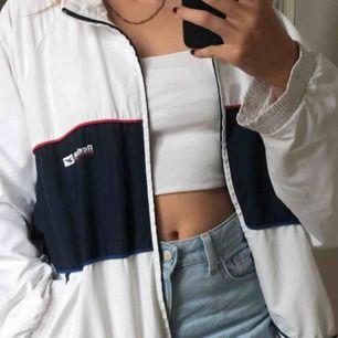 Supersnygg retro/vintage jacka, köpt av en annan tjej på plick (första bilden är hennes) men säljer vidare då jag inte tror att den kommer att komma till användning, kändes inte riktigt som mig. Pris kan diskuteras!