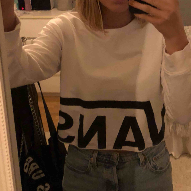 Croppad sweatshirt från vans köpt från junkyard, använd fåtal gånger 🦋 köparen står för frakt. Tröjor & Koftor.
