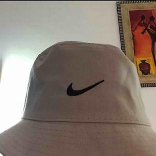Buckethatt med ett Nikemärke på🌸🌸