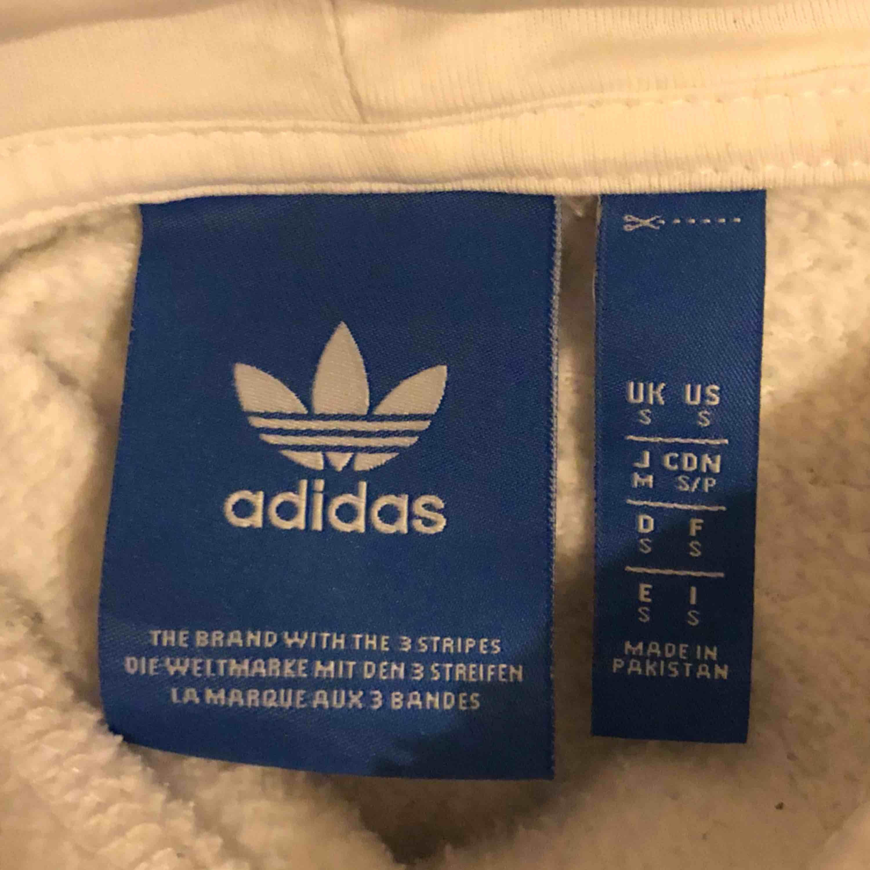 vit adidashoodie, pris går att diskuteras 🦋 köparen står för frakt ~ 50 kr. Huvtröjor & Träningströjor.