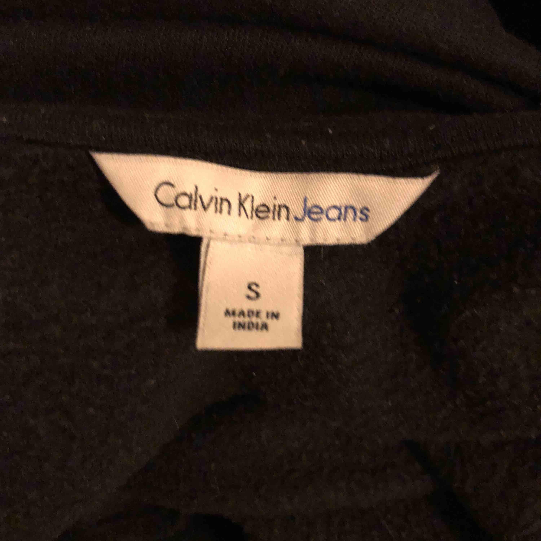 Calvin Klein jeans sweatshirt, köpt i LA på topshop för 1000kr 🦋 köparen står för frakt. Huvtröjor & Träningströjor.