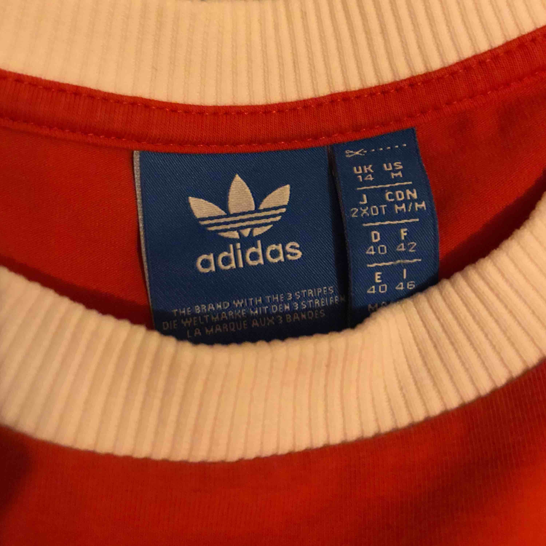 adidas tröja som passar både S & M 🦋 köparen står för frakt. Toppar.
