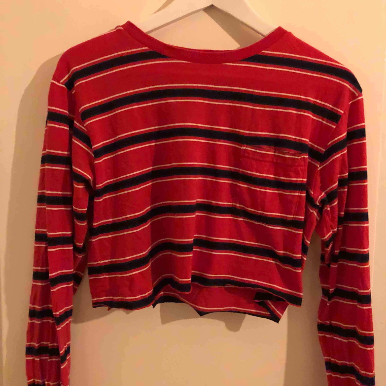 croppad tröja från urban outfitters bdg. 🦋 köparen står för frakt. Toppar.