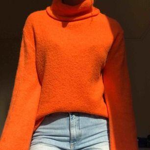 Stark Orangefärgad tröja vida ärmar från NA-KD. Priset är exklusive frakt🥰