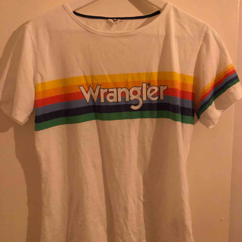 wrangler t-shirt, skulle säga att storleken är lite mindre 🦋 köparen står för frakt. T-shirts.