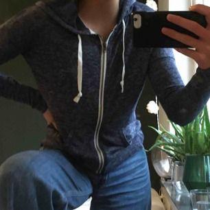 Fin blå tröja från Hollister! Tunt material, fin mörkblå färg, dragkedja och luva. Aldrig använd och så bra skick. Köpt för 450kr men säljer för 125kr och vi delar på frakten.