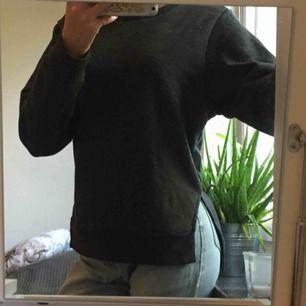 """Mörkgrå tjocktröja i storlek xs. Två """"slits"""" i fram och  den är lite längre i back än i fram. Fin mörkgrå färg med små små färgglada prickar som bara syns på nära håll. Säljer för 115kr och vi delar på frakten!"""