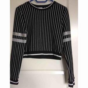 Fin tröja från Gina tricot. Den är köpt second hand och använd max 2 gånger. Fraktkostnad tillkommer. Fråga på om du undrar något💕🧚♀️👑
