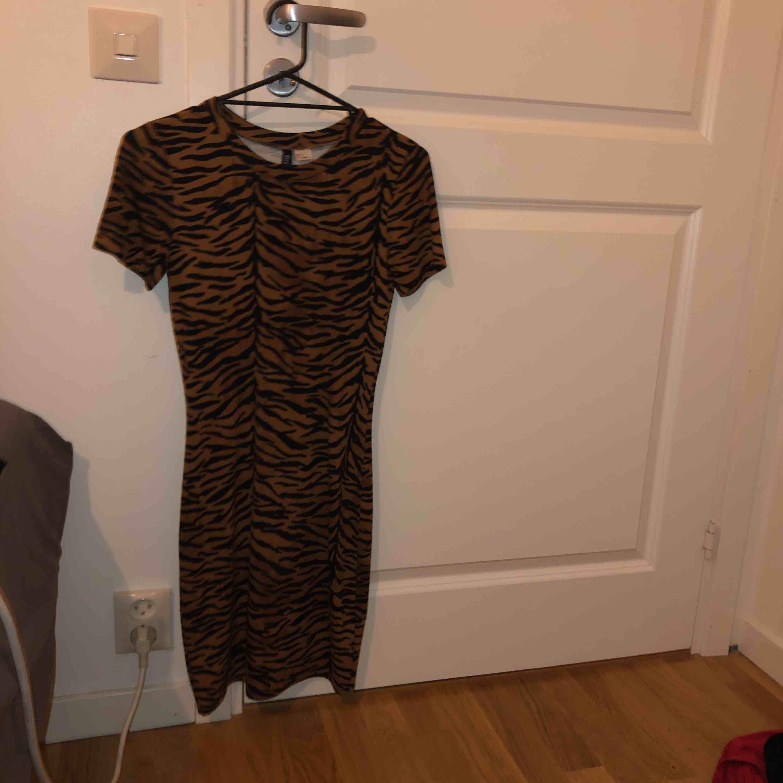 Tight, figur-formad klänning från H&M.   Frakt ingår i priset . Klänningar.