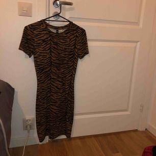Tight, figur-formad klänning från H&M.   Frakt ingår i priset
