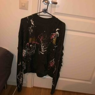 Tröja från Zara, slitningar på ärmarna och ett par små på framsidan