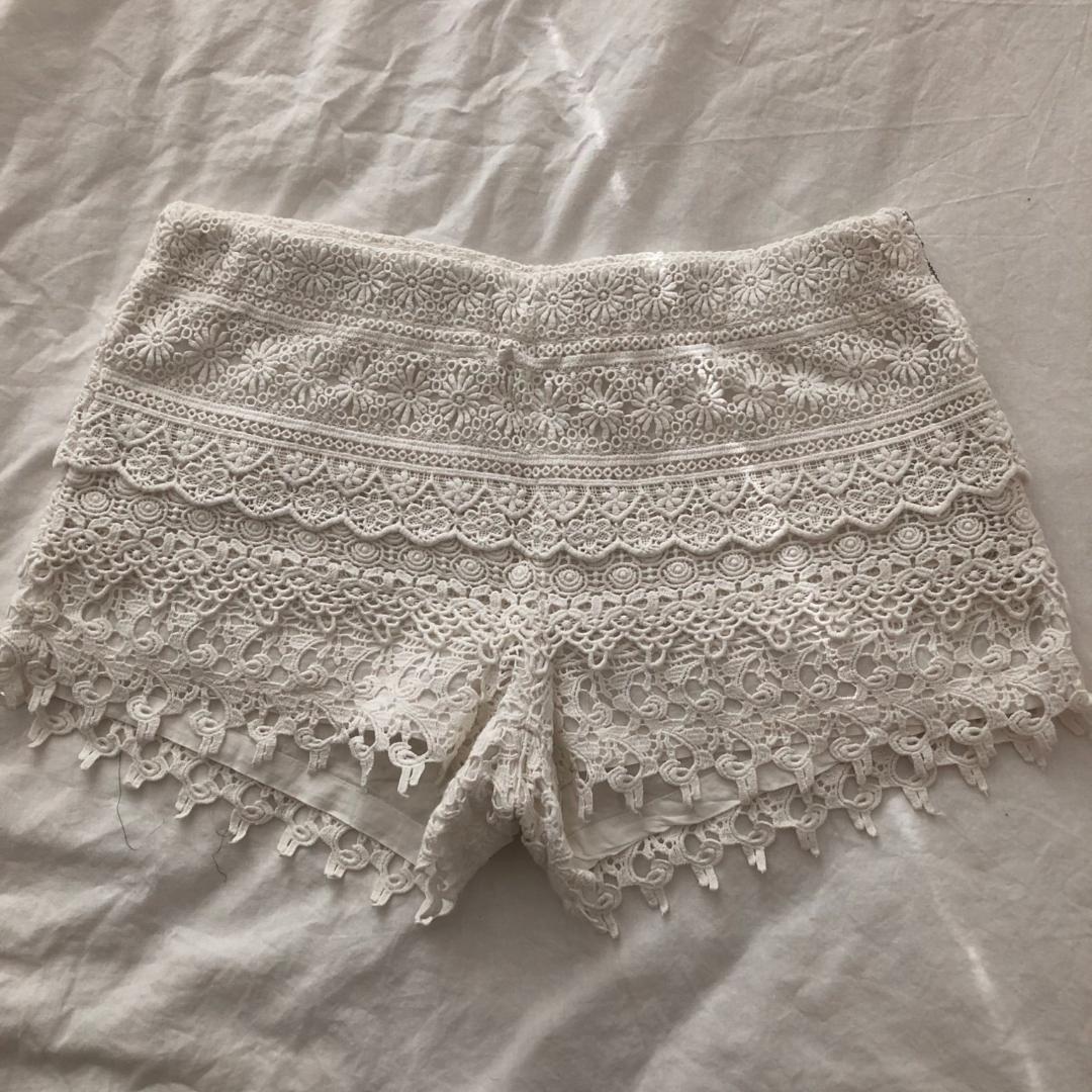 Virkade vita shorts, köparen står för frakten!. Shorts.