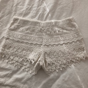 Virkade vita shorts, köparen står för frakten!