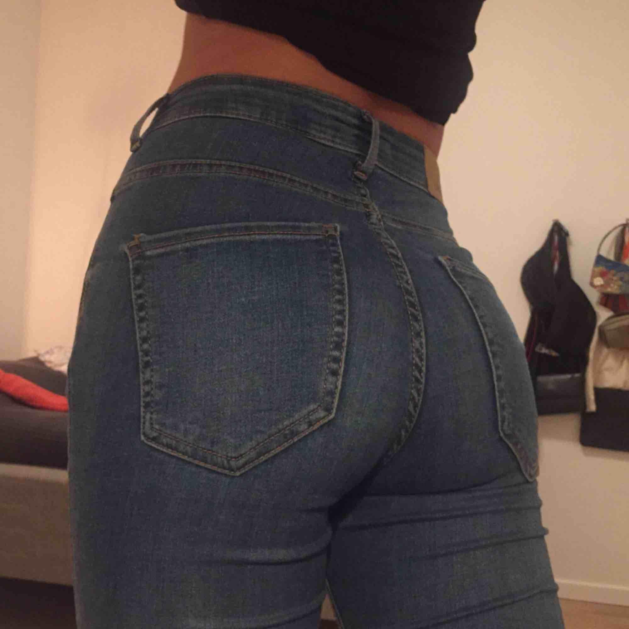 Support fina jans från GinaTricot. Fin ljusblå färg, håll på knäna, högmidjade, stretchiga och sitter som en smäck. Knappt använda och inprincip nyskick. Nypris 400kr men säljer dem för 175kr och vi delar på frakten. :). Jeans & Byxor.