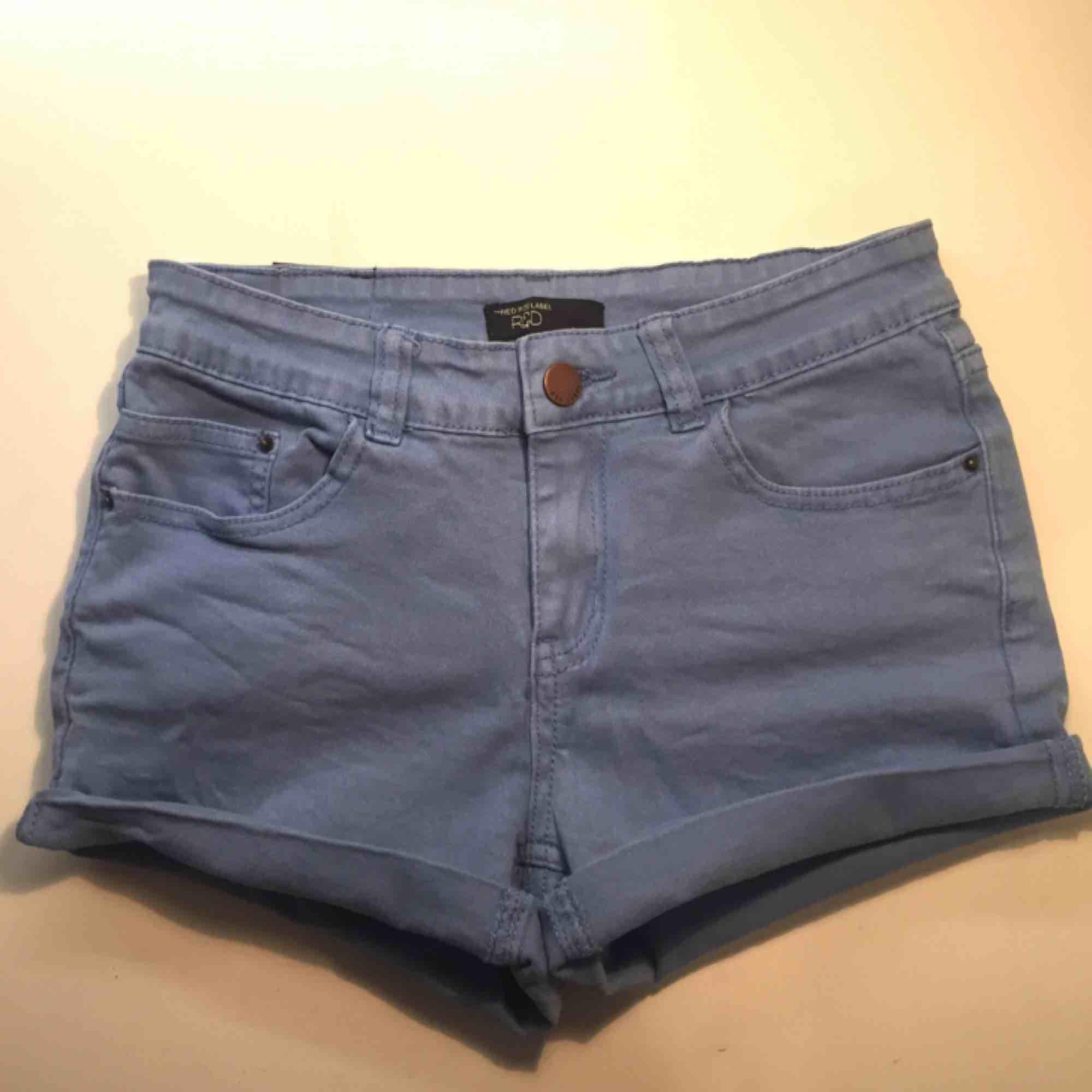 Ljusblå shorts från RedLabel. Säljer dem för bara 50kr och vi delar på frakten. Har ett par likadana mörkare också. . Shorts.