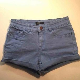 Så snygga ljusblå shorts från RedLabel i storlek xs. Säljer dem för bara 50kr och vi delar på frakten!!!! Har ett par likadana mörkare också.
