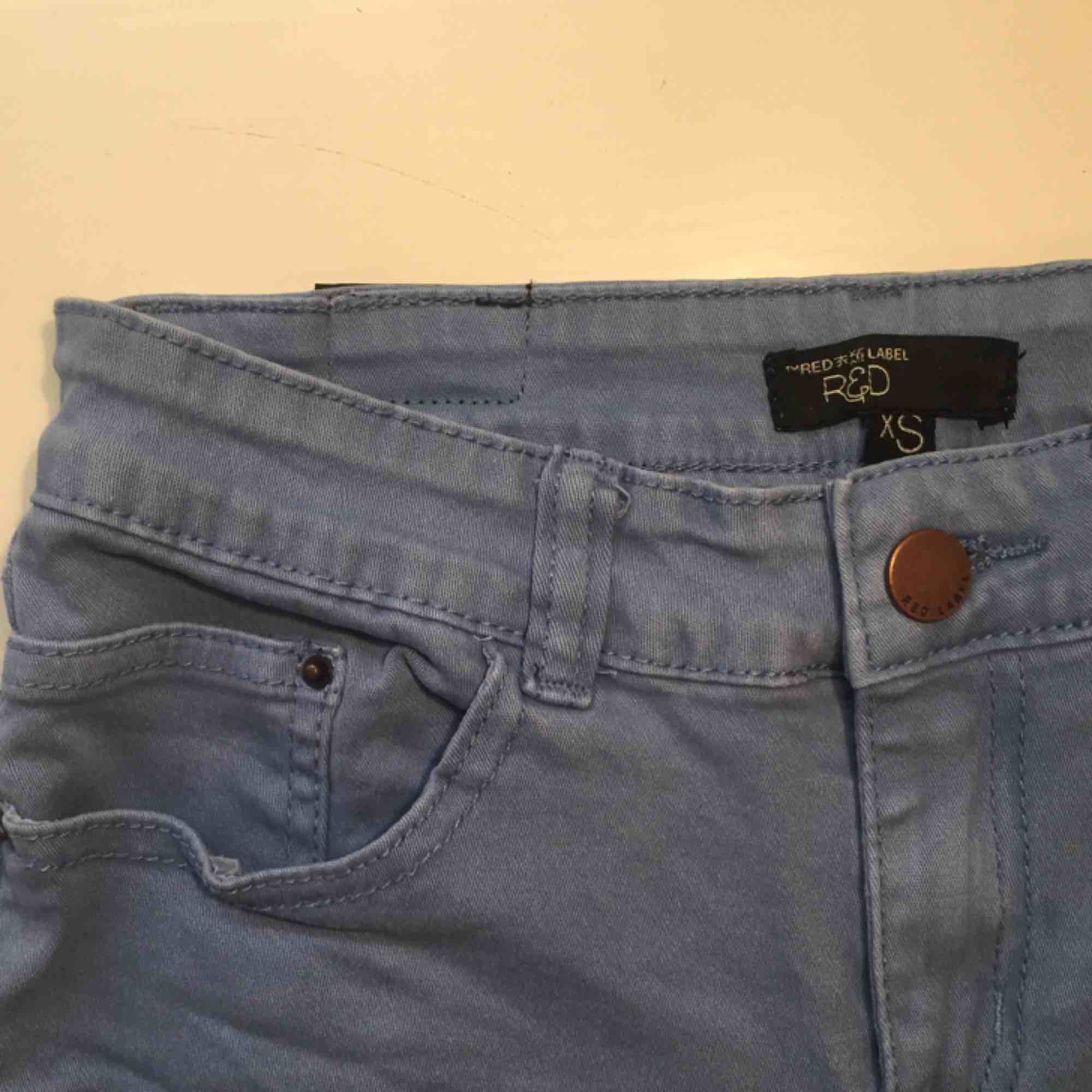 Så snygga ljusblå shorts från RedLabel i storlek xs. Säljer dem för bara 50kr och vi delar på frakten!!!! Har ett par likadana mörkare också. . Shorts.