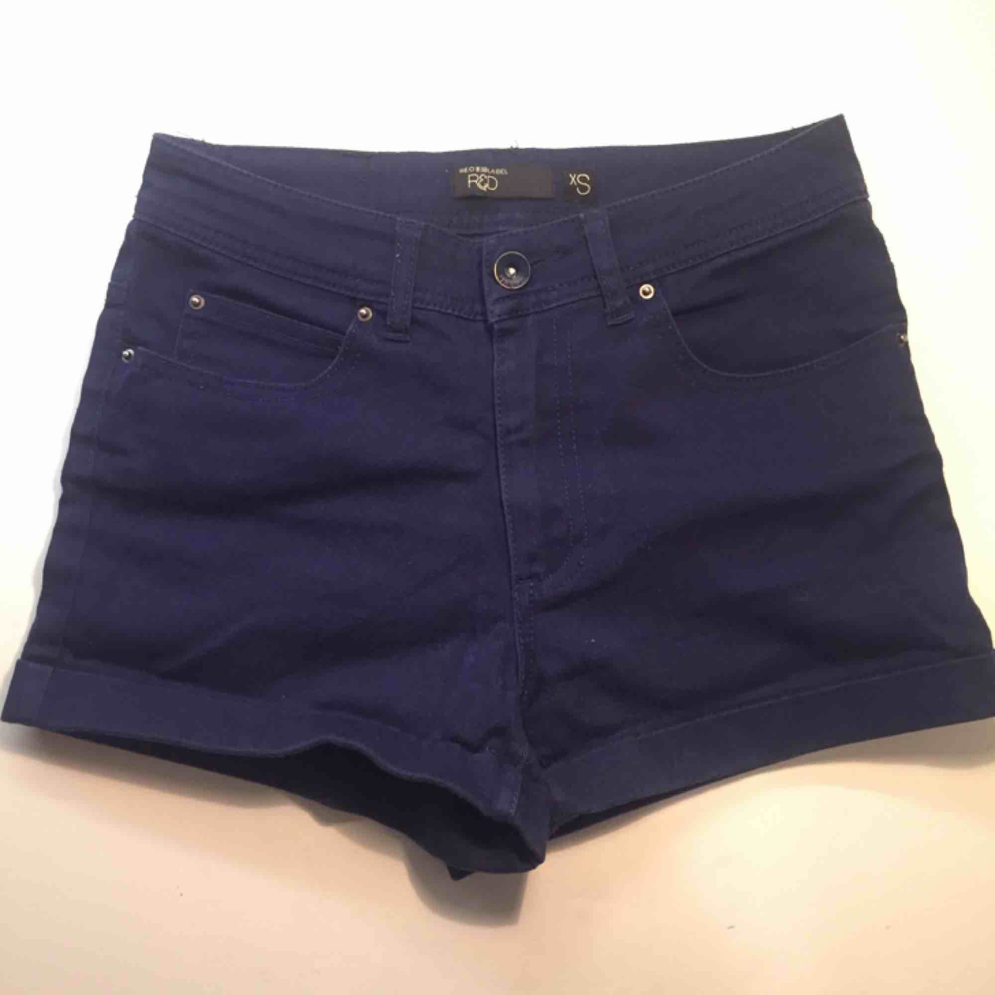 Ett par snygga mörkblå shorts från RedLabel i storlek XS. Säljer dem för bara 50kr och vi delar på frakten!! Har ett par likadana ljusare också. . Shorts.