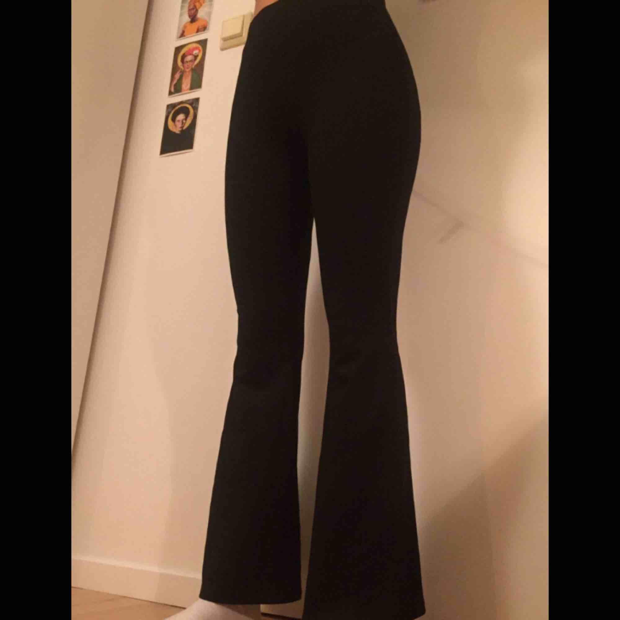 Ett par yoga pants i storlek xs. Svarta, super stretchiga, högmidjade och i toppen skick då de aldrig har använts. Säljs pga dem är litte för små för mig som är 165cm. Från GinaTricot. Säljs för bara 100kr och vi delar på frakten!!. Jeans & Byxor.
