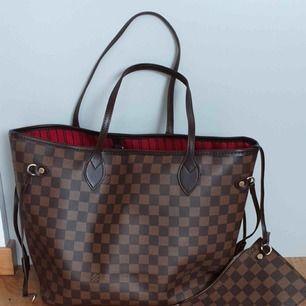 Oanvänd väska  Louis Vuitton neverfull med clutch  mycket bra kvalite inte äkta fejk    Kan fraktas också