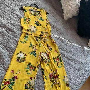 Gina trickot jumpsuit jelt nya  Stretch kvslite med resår i midjan Kan frakta också
