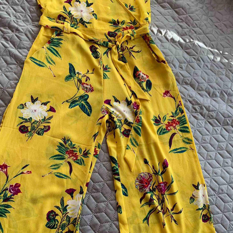 Gina trickot jumpsuit jelt nya  Stretch kvslite med resår i midjan Kan frakta också  . Jeans & Byxor.