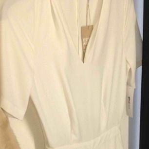 Off White färg strl L Mycket snygg jumpsuit med öppen rygg två sid fickor Vida ben mycket elegant jumpsuit