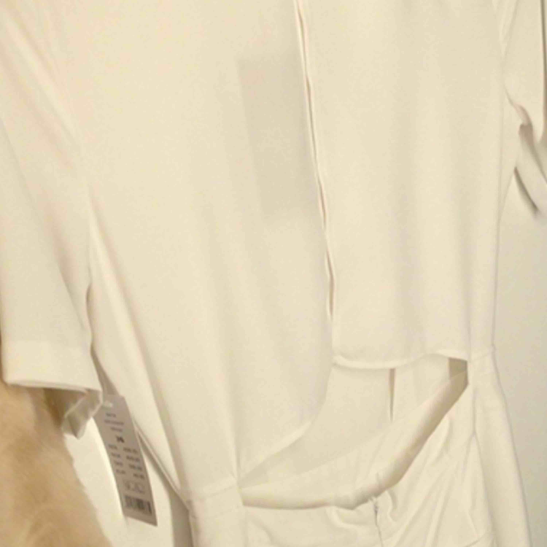 Off White färg strl L Mycket snygg jumpsuit med öppen rygg två sid fickor Vida ben mycket elegant jumpsuit. Övrigt.