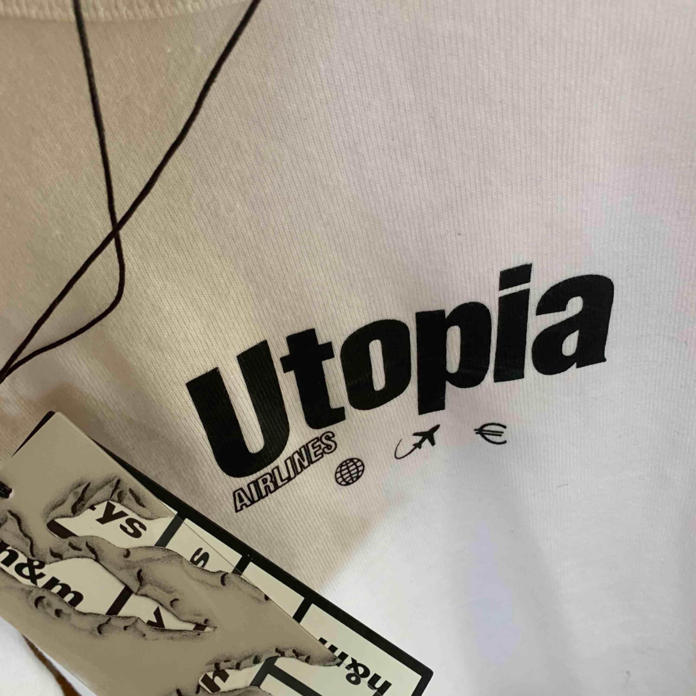 T-shirt från H&M samarbete med Eytys! Aldrig använd med lappen kvar! :)  Storlek S unisex, oversize . T-shirts.
