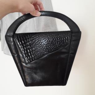 Ursnygg och ovanlig vintage väska köpt secondhand! Denna blir du nog ensam om! Krokopräglad upptill och lite lackerad i sin svarta färg!🌼Ett lite ljusare fläck/parti på baksidan(se bild)pga sitt vintageskick, fast gör den bara charmigare i allt! Frakt: 54:-