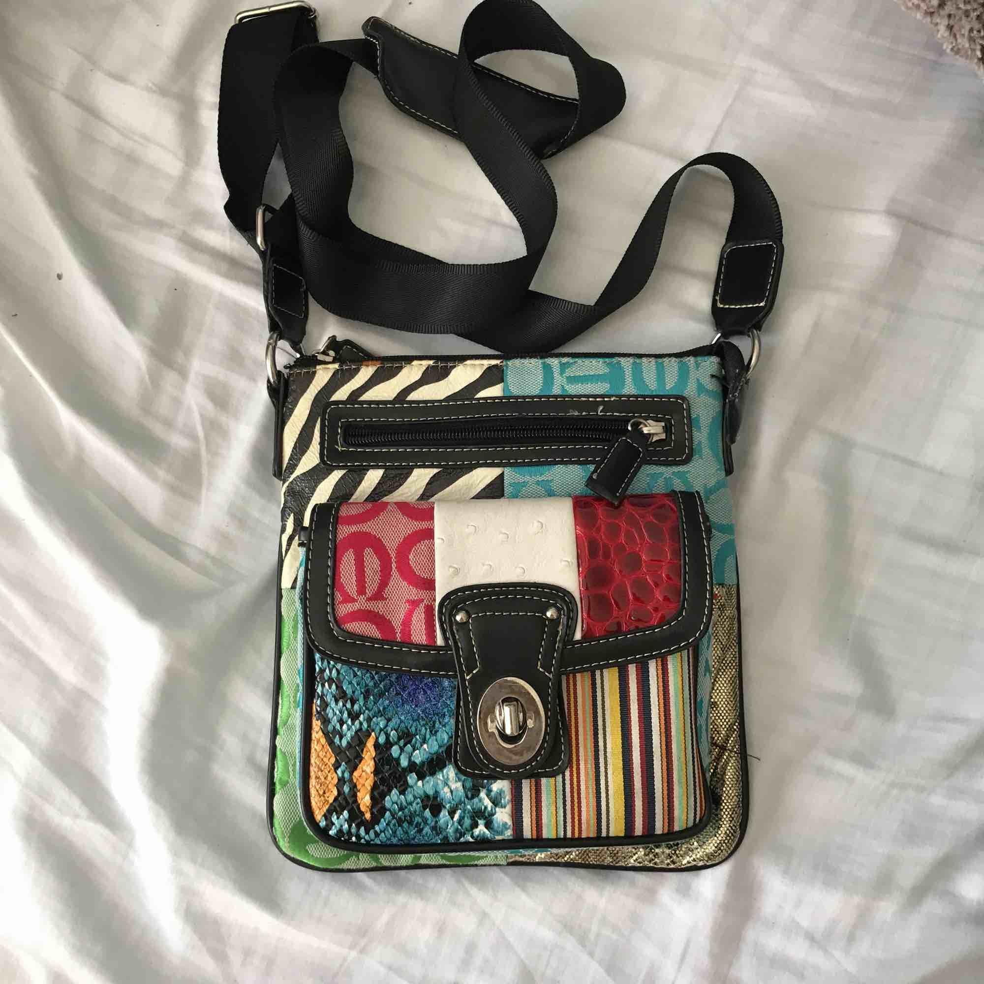 Skitsnygg väska som tyvärr ej kommer till användning. Köpt i USA, glömt exakt vart. Mycket unik design med alla de olika tygerna och fantastisk kvalite! . Accessoarer.