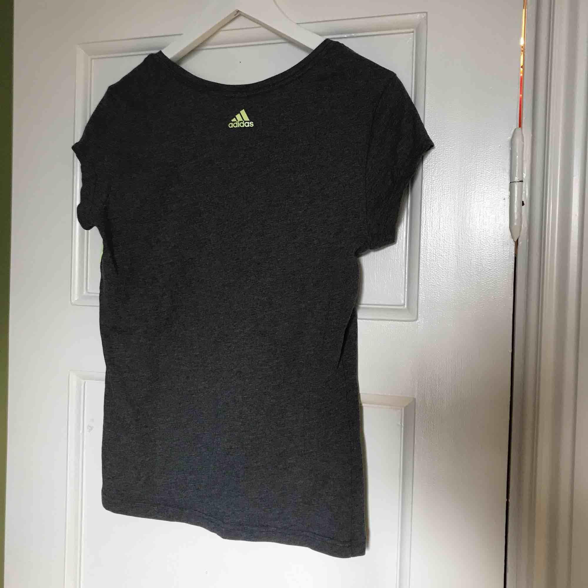 Adidas top i bra skick. Säljer pga att jag växt ur den. 100kr (frakt ingår i priset).. T-shirts.