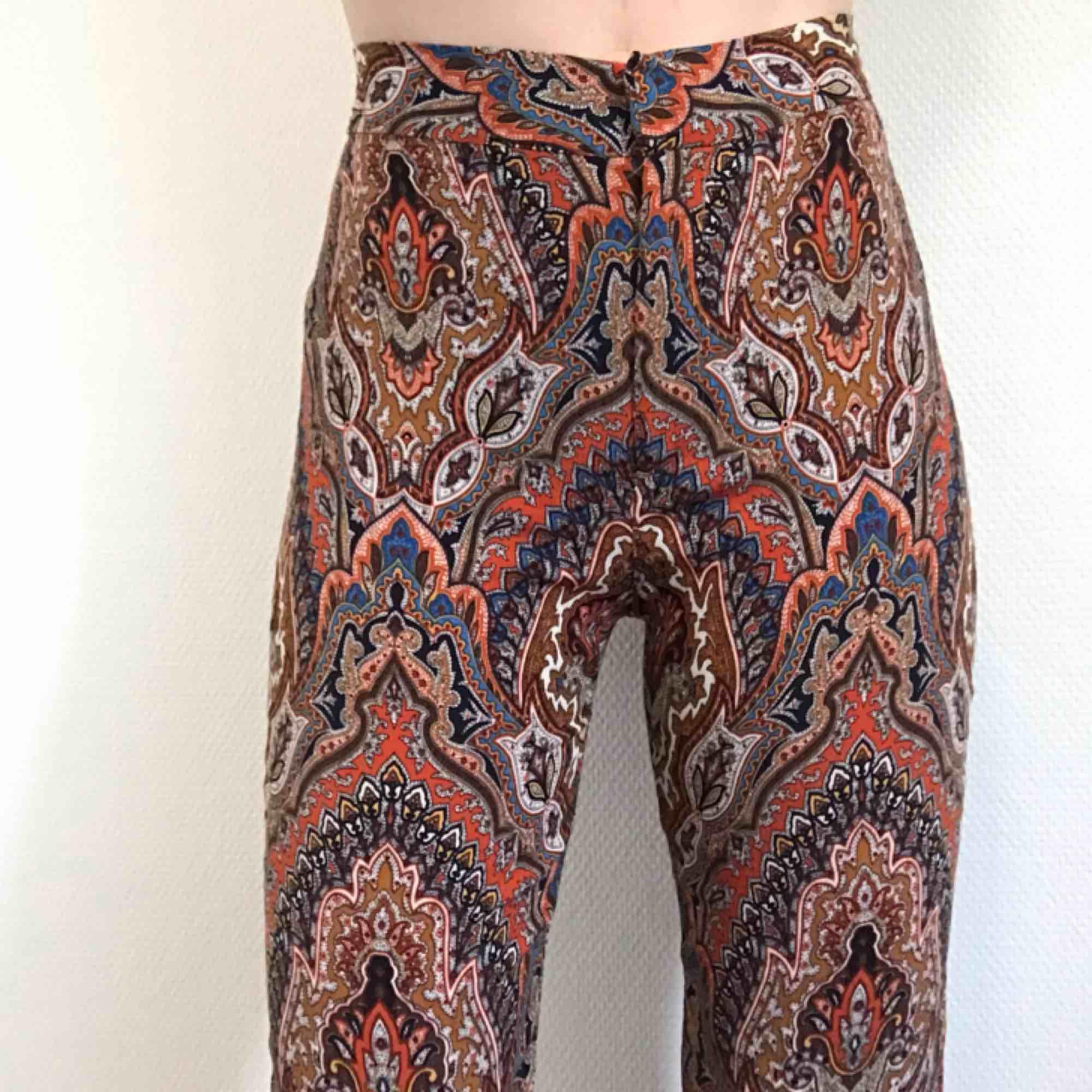 Fantastiskt vackra byxor från Zara🌻 Slutsålda i butik och köpta för 599kr, så gör ett unikt fynd!💁🏼♀️  Skicket är mycket fint. Frakt 36kr 💌. Jeans & Byxor.