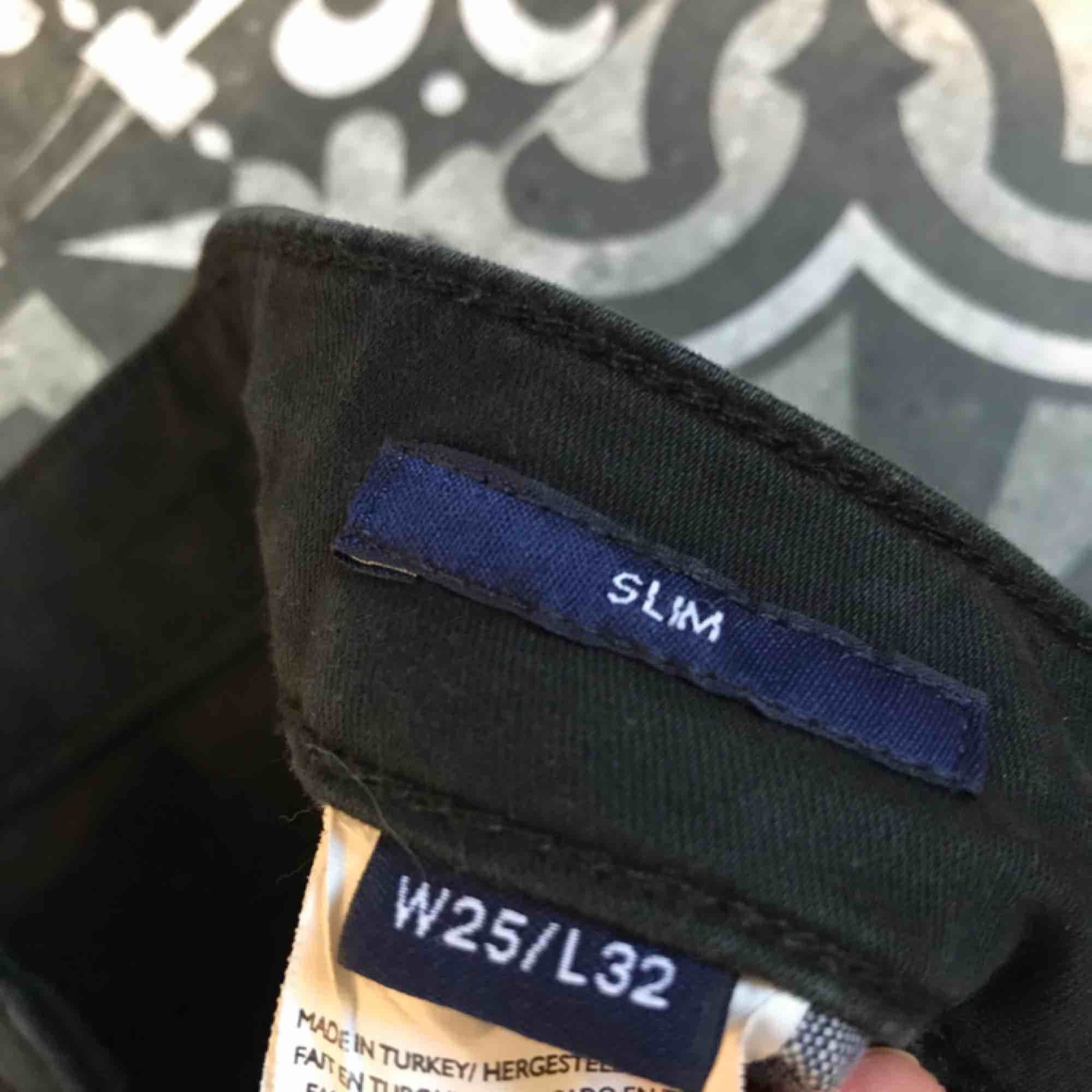 Svarta gant jeans, använt fåtal gånger. 300 kr eller bud, frakt ingår ej i priset 💞💞. Jeans & Byxor.