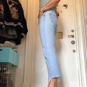Ljusa jeans från Levi's 501 De är avklippta nertill så går till typ anklarna Original strlk: w32 L30