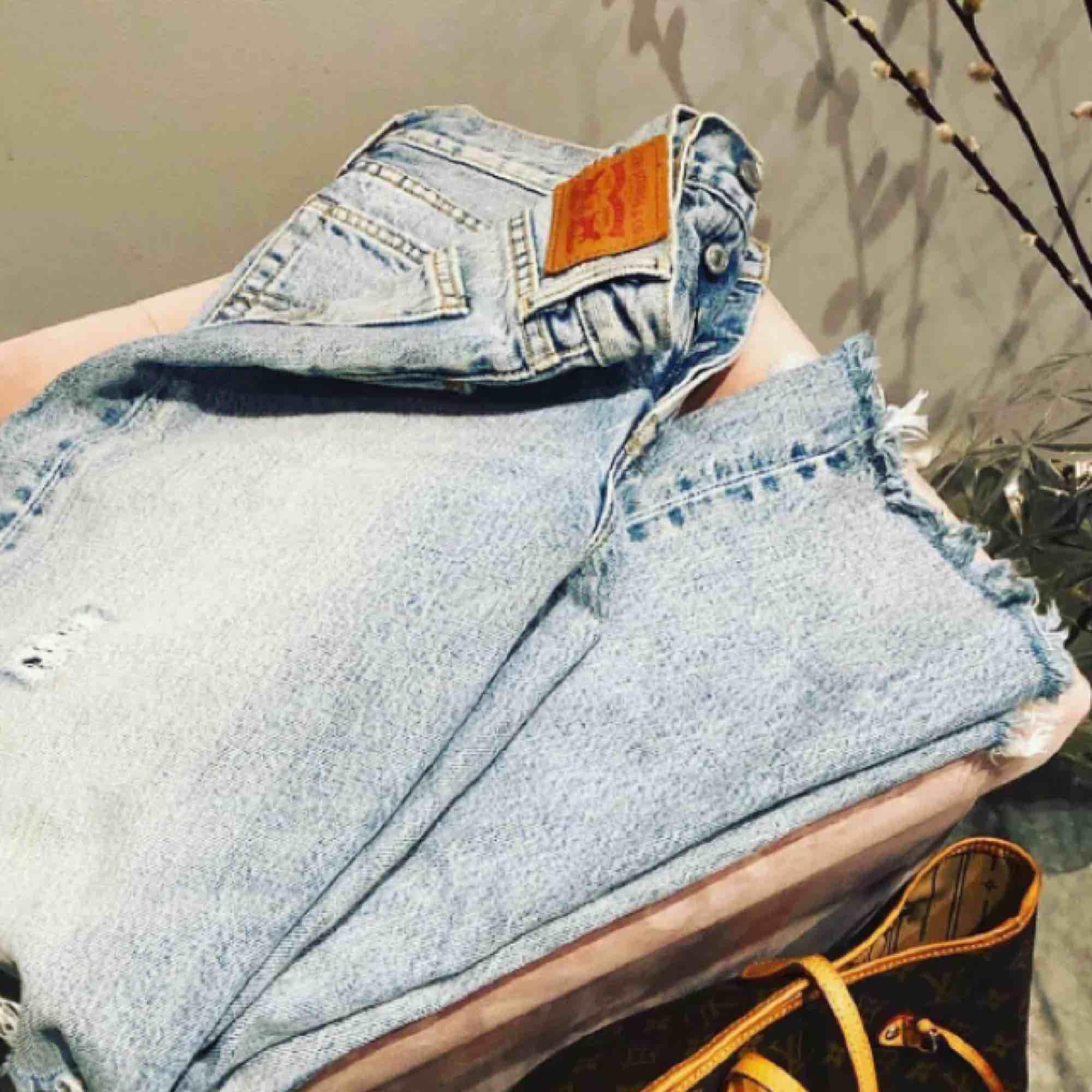 Levis 501 köpta här på plick ( två bilder är lånade från tjejen jag köpte av) super fin modell med en hög midja. Säljer pågrund sv försmå. Fint skick, använd fåtal gånger.  Frakt tillkommer på 65kr och jag tar endast swish. . Jeans & Byxor.