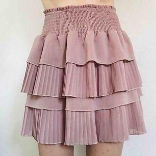 Fantastiskt vacker kjol från Neo Noir💕 Storlek Small. Mycket fint skick! Dyr i inköp, så gör ett fynd💁🏼♀️ Frakt 36kr💌