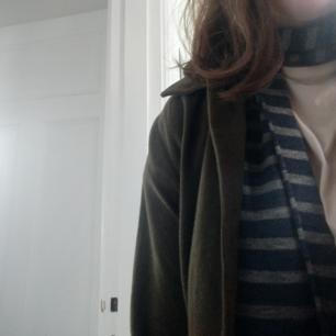 Jättefin grå/blå-randig halsduk av tunt men varmt material. Den är längre än 150 cm och perfekt nu till hösten! Jag tycker att den är jättebekväm och sitter fint men jag säljer den då jag har alldeles för många halsdukar :)  Sparsamt använd från ett rök- och djurfritt hem!