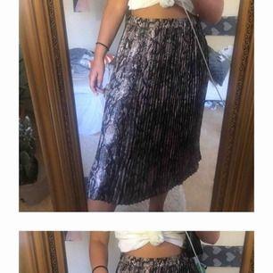 Plisserad kjol med ormskinns mönster. Storleken funkar nog på en S också. Söker du fler bilder eller info så skriv! 🥰