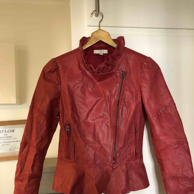 Supersnygg röd skinnjacka med fina detaljer. Väldigt lite använd. . Jackor.