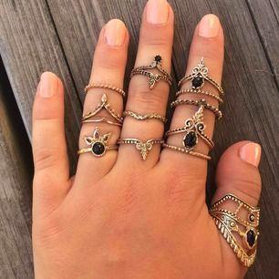 Hej!  Vissa ringar är köpta, men dom flesta är födelsedags presenter. Säljes för att jag inte använder dom längre. Någon annan har bättre användning för dom. Pris varierar mellan 10 och 20kr, frakten står för köparen. Gott skick! Med vänlig hälsning, Mira